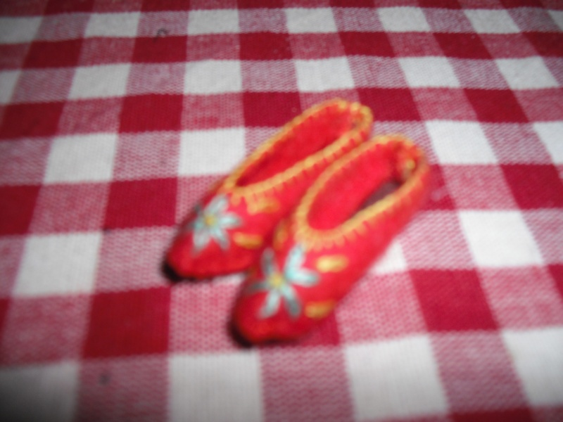 I love these felt slippers from Alice Villa.I bought a doll to get them.