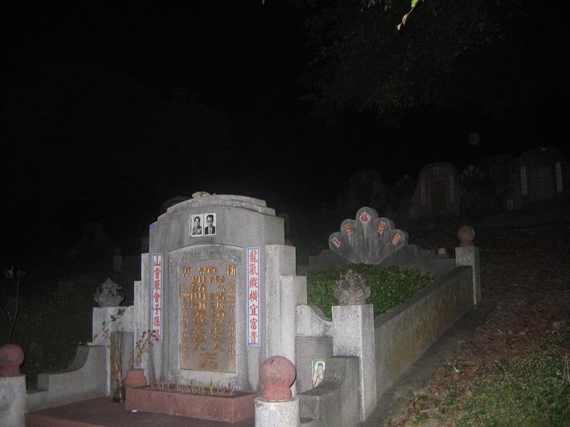 misteri sosok nenek tua yang berada dikuburan