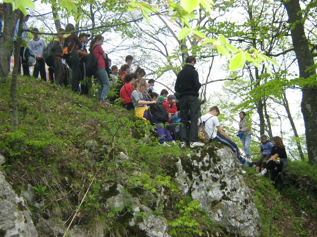 Grup de tineri si copii la ruinele cetatii