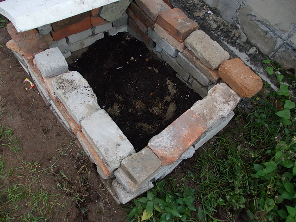 Food waste compost with brick system