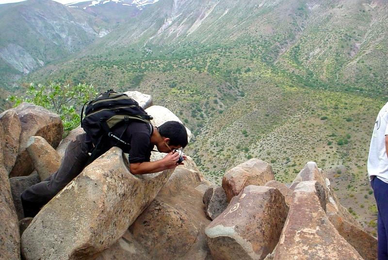 Turista fotografeando Petroglifos.