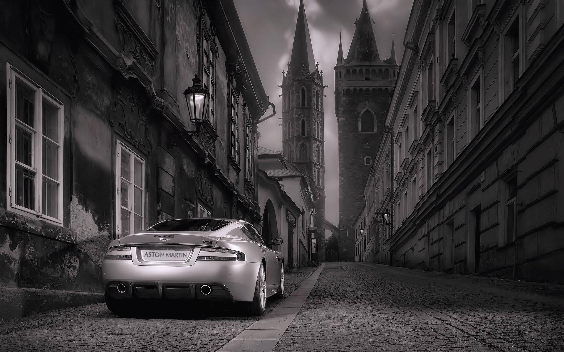 صورة لسيارة ابيض في اسود - black and wight car in the street