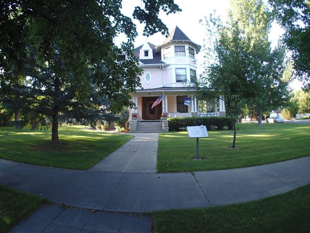 Moss Mansion neighbors