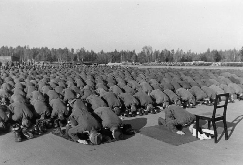 Bundesarchiv_Bild_146-1977-137-20,_Bosnische_SS-Freiwillige_beim_Gebet.jpg