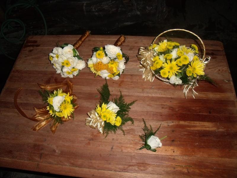 basket,mini bouquet,wristlet,corsage,bouttonaire