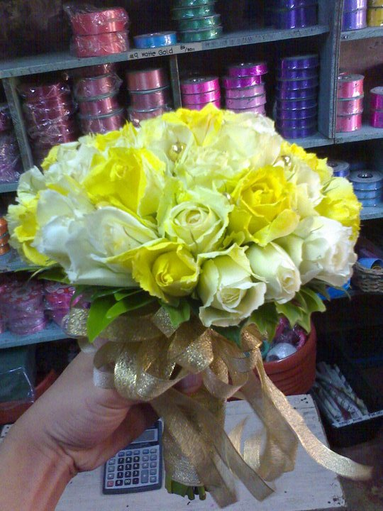 white and yellow roses(hantied bouquet0