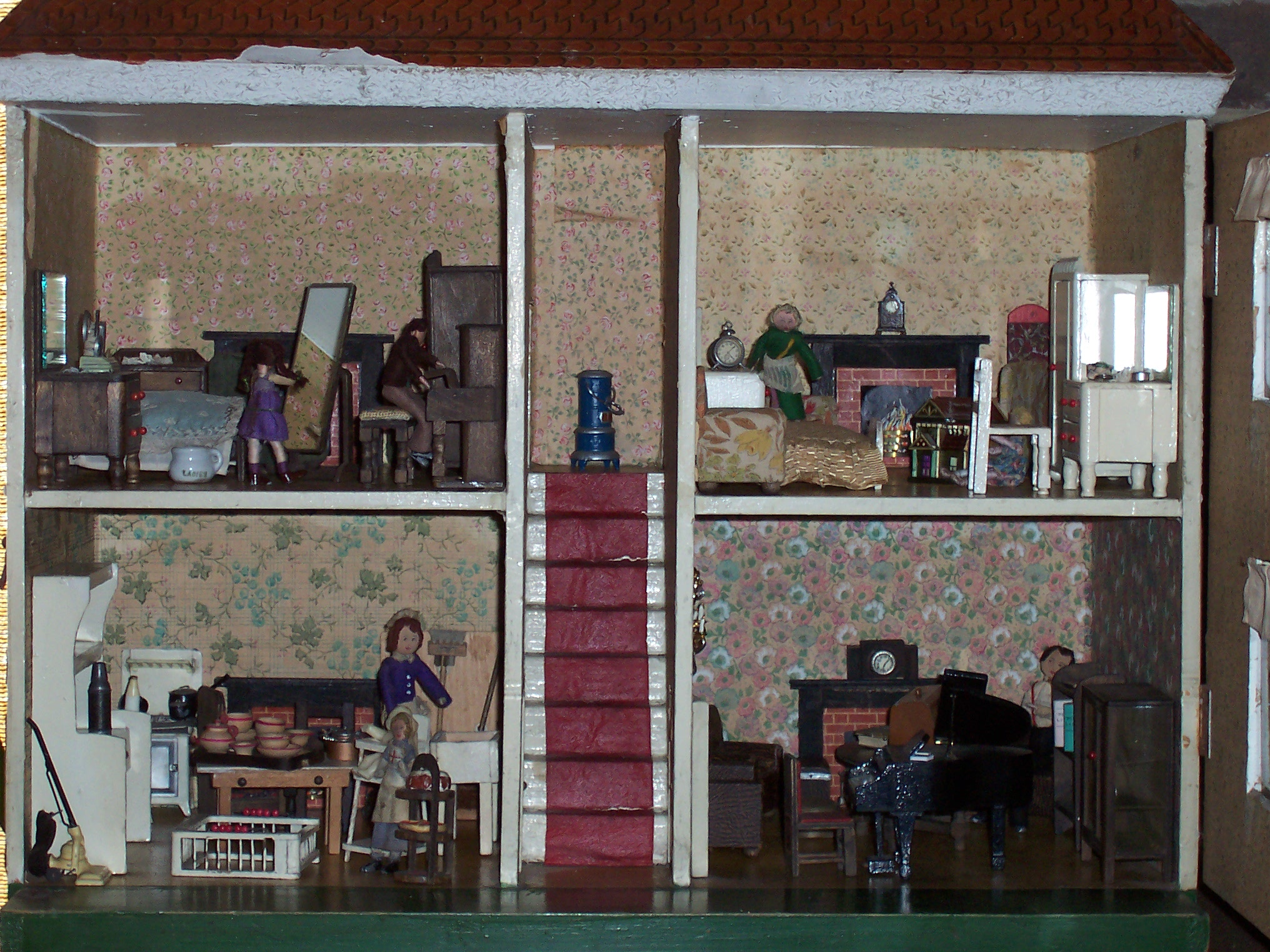 Interior of Triang DH8 - Dolls\' Houses Past & Present