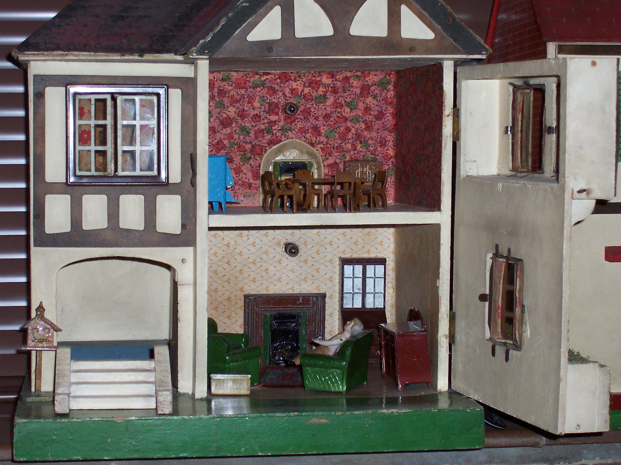 Interior of Triang No 60 - Dolls\' Houses Past & Present
