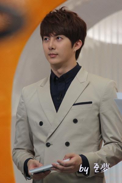 hyung joon-Mnet Wide 313013_194271110642874_130589590344360_459948_273124506_n