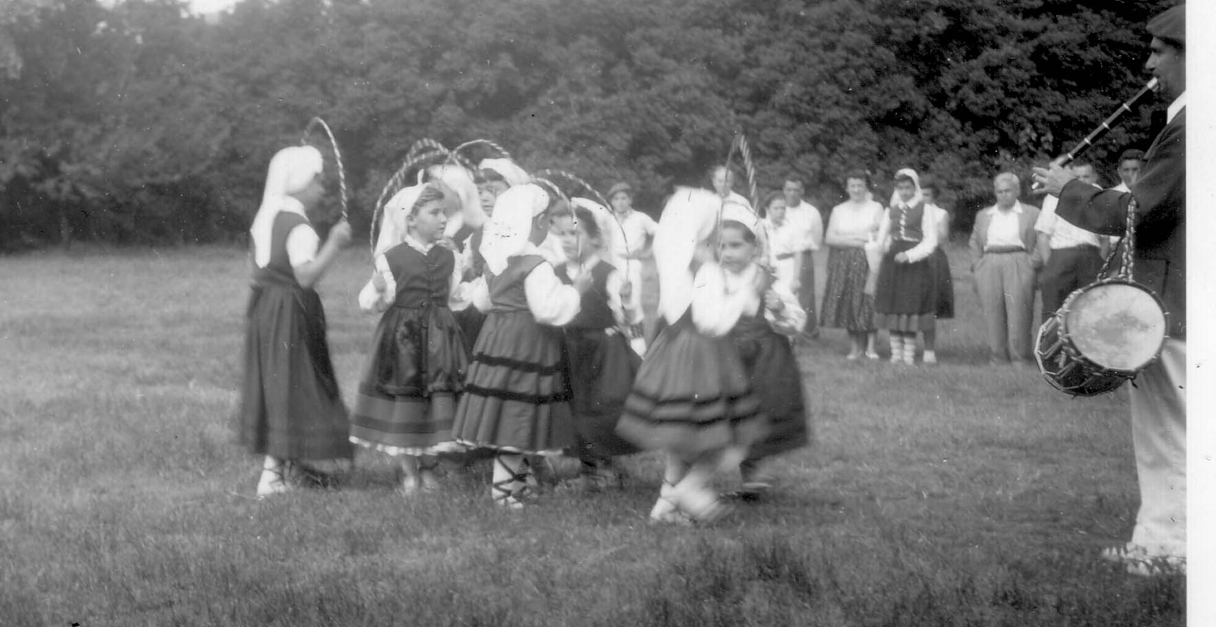 1955 NY picnic girls dancing